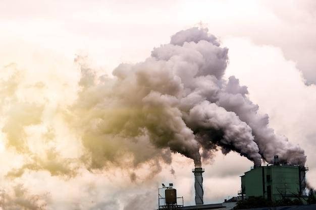 Fabrikverschmutzung und dunkle wolke