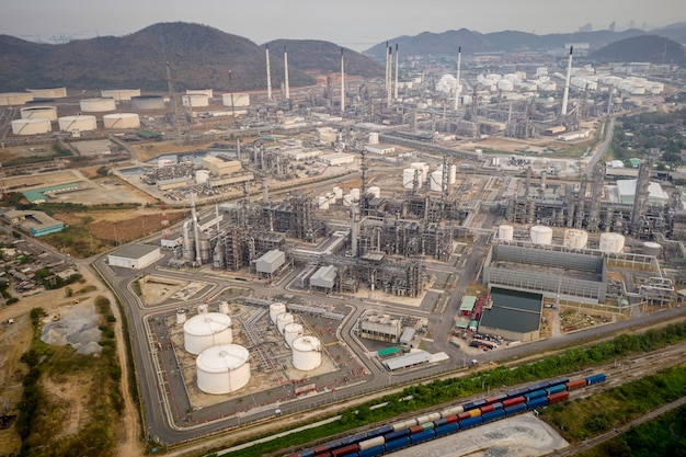 Fabrikzone des raffinerieöls und der erdölindustrie in der thailand-luftdraufsicht