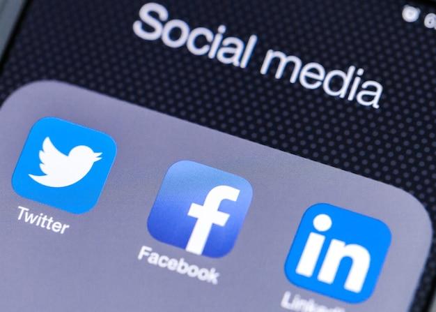 Facebook-app-symbol auf dem apple iphone-bildschirm