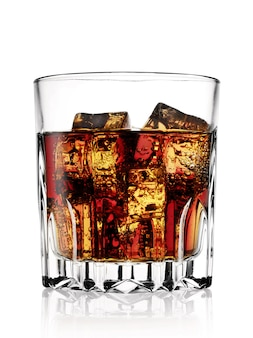 Facettiertes glas mit kalter cola