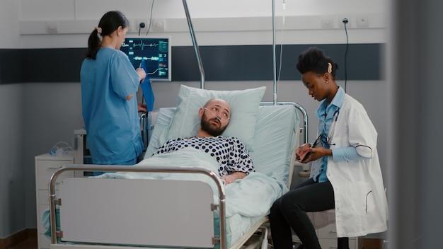 Facharzt schwarze ärztin erklärt medizinische diagnose