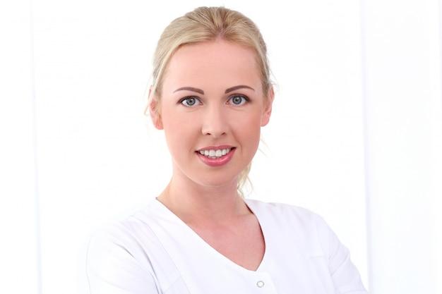 Fachmann. schöne kosmetikerin mit süßem lächeln