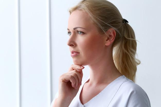 Fachmann. schöne kosmetikerin mit wunderschönem gesicht