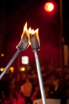 Fackeln brannten mit flammen, die von jongleuren in einer show verwendet wurden