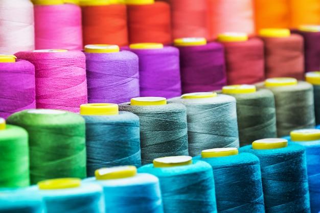 Fadenspulen in verschiedenen farben für die textilindustrie
