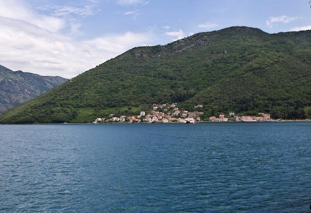 Fähre in der bucht von boka kotorska, montenegro, adriaküste