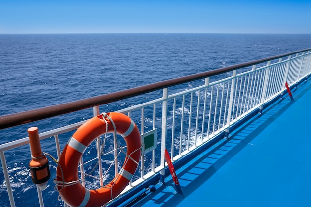 Fährenkreuzfahrtgeländer in einer blauen ozeanboje