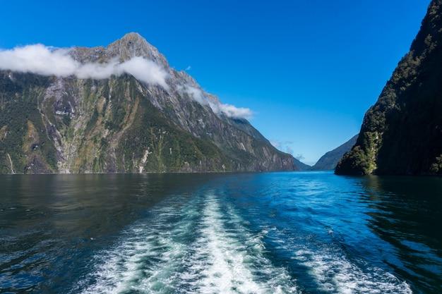 Fährfahrt in milford sound, neuseeland.