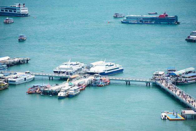 Fährhafen für menschen, die das touristische meer und den ozean bereisen. hafen des fährterminals transportieren