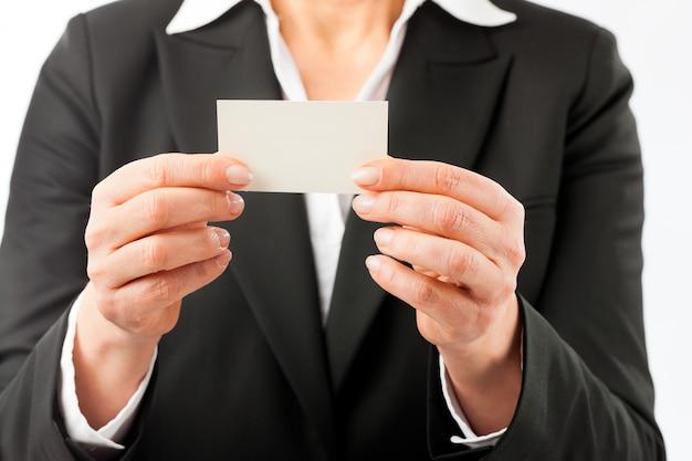 Fällige frau, die ihre visitenkarte zeigt