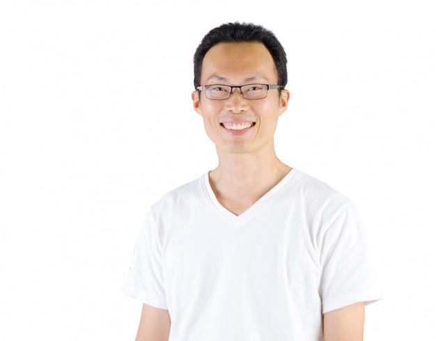 Fälliger asiatischer lächelnder mann, getrennter weißer hintergrund