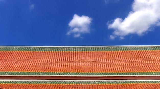Färben sie asiatische art tempel dachziegel mit weißer wolke und blauem himmel hintergrund