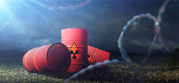 Fässer mit toxinen. chemische verschmutzung. stacheldraht