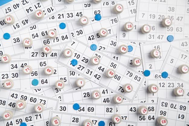 Fässer mit zahlen und karten für das lotto-tischspiel.