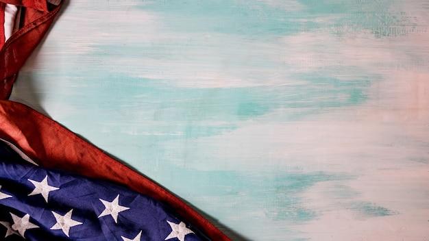 Fag der vereinigten staaten von amerika auf blauem holzhintergrund mit kopierraum