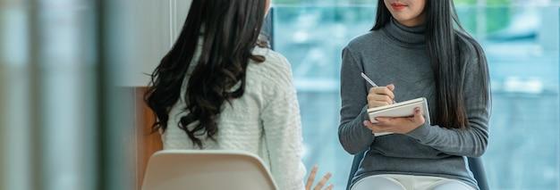 Fahne asiatischen weiblichen professionellen psychologiedoktors