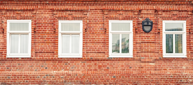 Fahne mit roter backsteinmauer und weißem weinlese windows