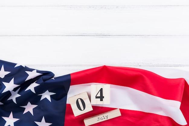Fahnenbuchstaben und -zahlen der amerikanischen flagge auf weißer oberfläche