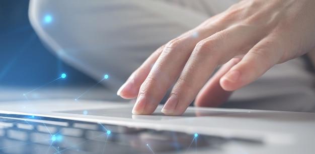 Fahnengeschäftsfrauhand, die an laptoptastatur arbeitet. innovation und technologie, datensatzsystem, dokumentenmanagementkonzept. foto mit doppelbelichtung