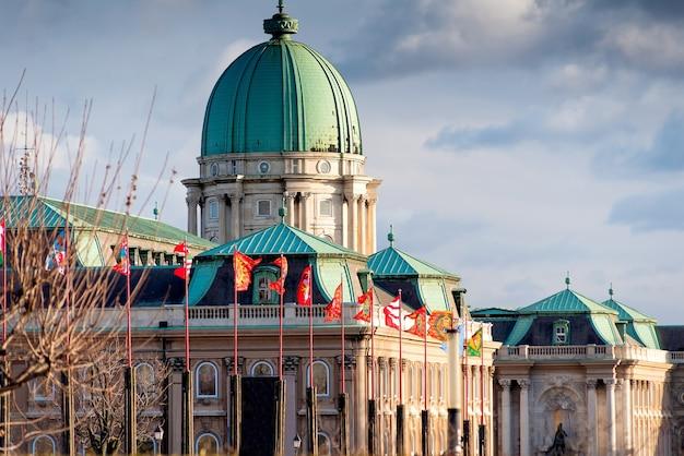 Fahnenmasten mit heraldischen fahnen im königspalast. budapest, ungarn