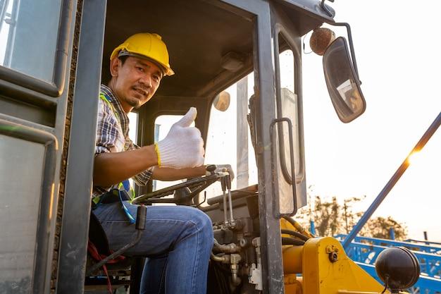 Fahrarbeiter schwerer radtraktor, radlader bagger mit baggerlader sandarbeiten auf der baustelle.