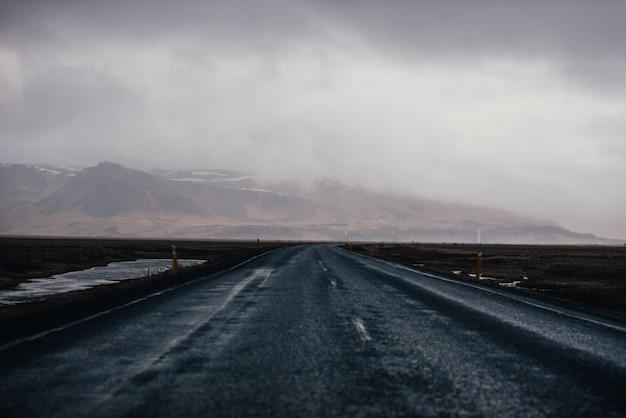 Fahren sie auf den isländischen straßen, tour in island