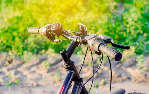Fahren sie auf naturabschluß oben, reise, gesunder lebensstil, landweg rad. fahrradrahmen.