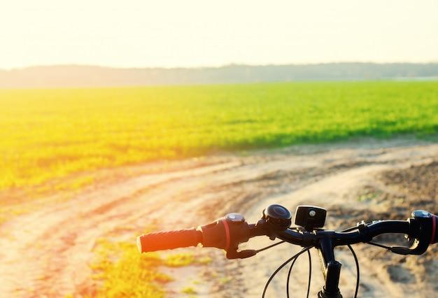 Fahren sie auf naturabschluß oben, reise, gesunder lebensstil, landweg rad. fahrradrahmen