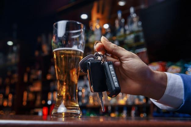 Fahren sie nicht unter alkohol! beschnittenes bild des betrunkenen mannes, der autoschlüssel spricht