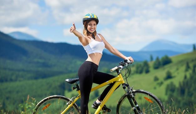 Fahrer, der auf gelbem mountainbike fährt