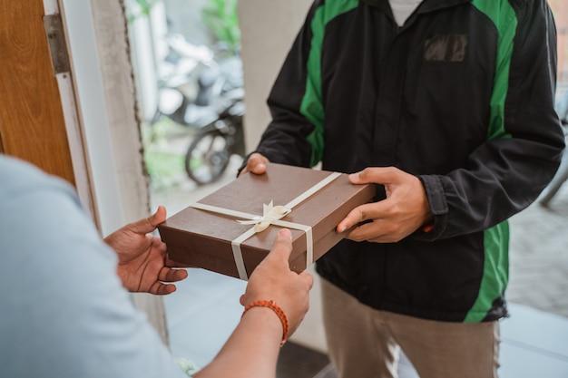 Fahrer kurier liefert geschenkbox