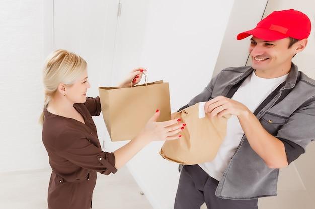 Fahrer liefert online-lebensmitteleinkaufsbestellung