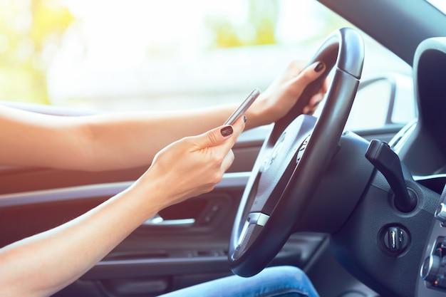 Fahrer mit einem handy