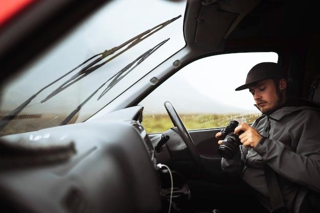 Fahrer mit einer professionellen kamera