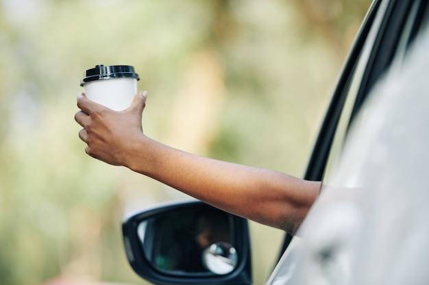 Fahrer mit kaffeetasse