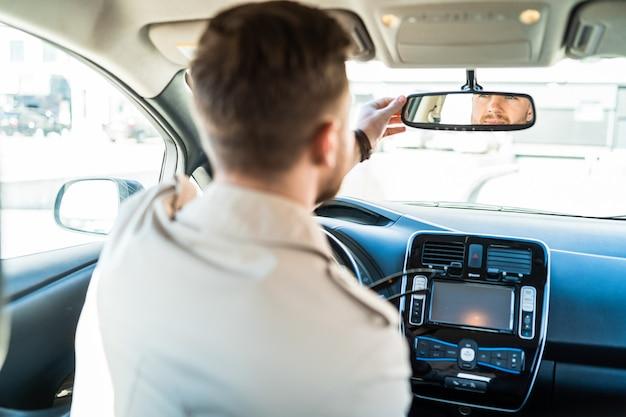 Fahrer schaut in den rückspiegel