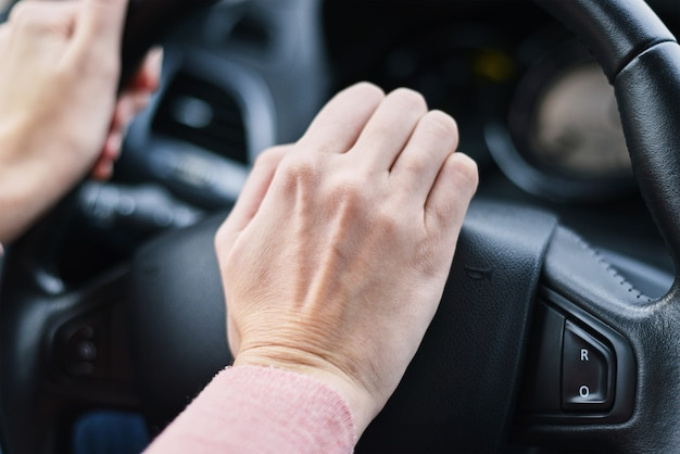 Fahrerhand drückte hupenknopf am autorad