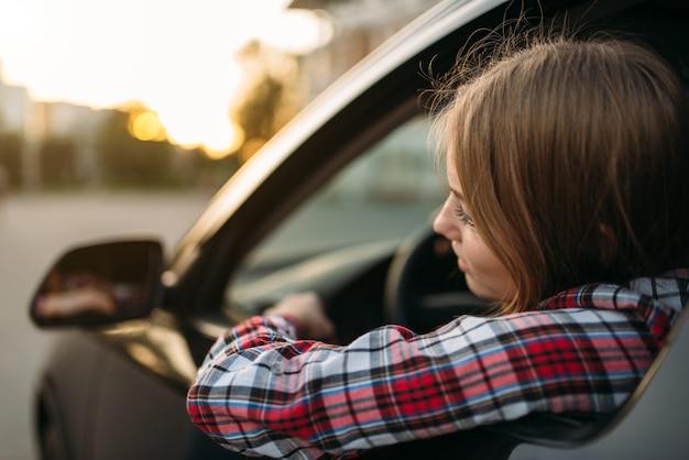 Fahrerin anfänger schaut aus dem autofenster