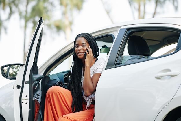 Fahrerin, die am telefon spricht