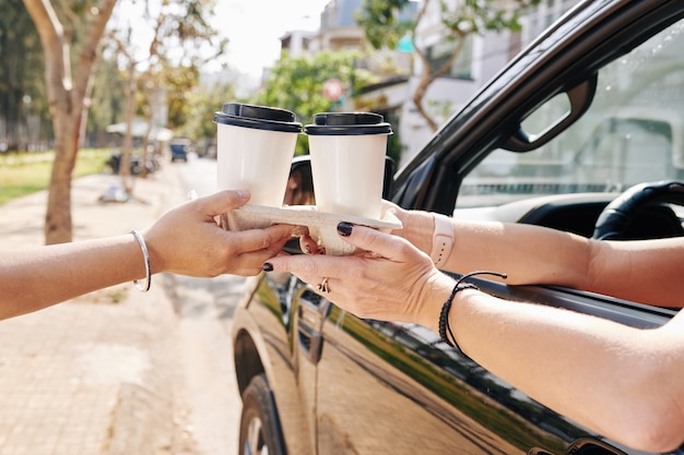 Fahrerin kaufen kaffee herausnehmen