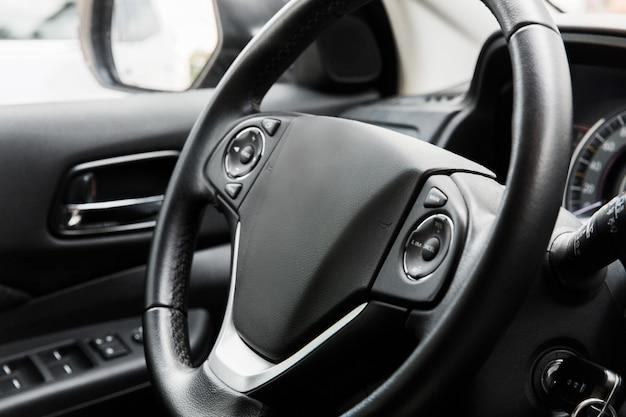Fahrersitz des autos. innenraum des autos. schwarzes interieur