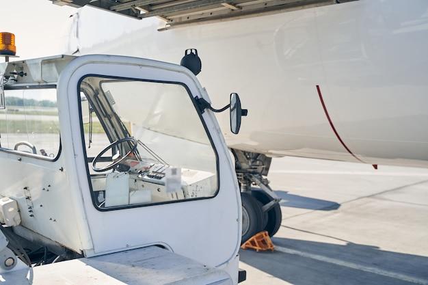 Fahrgasttreppenwagen und ein großes flugzeug mit unterlegkeilen um das fahrwerk herum landing