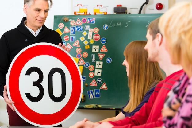 Fahrlehrer mit seiner klasse