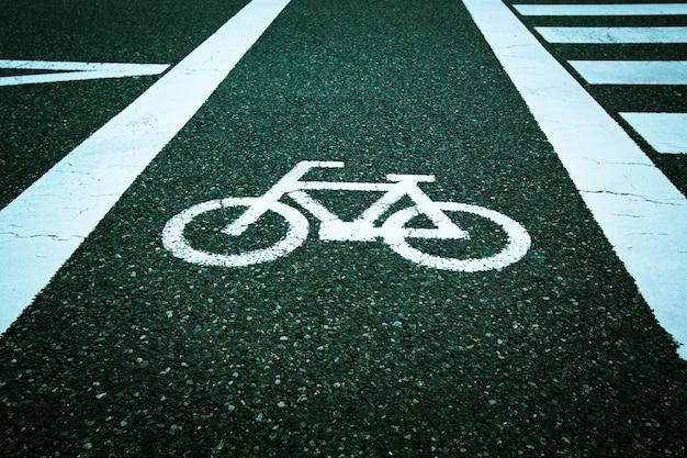 Fahrrad auf asphaltstraße signiert