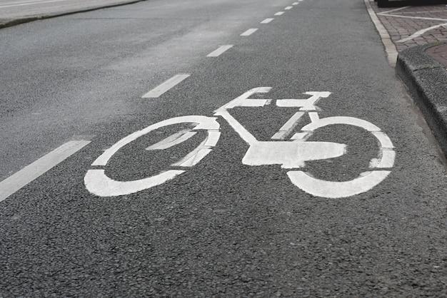 Fahrrad auf dem bürgersteig zu unterzeichnen. symbol zur kennzeichnung der straße für fahrräder.