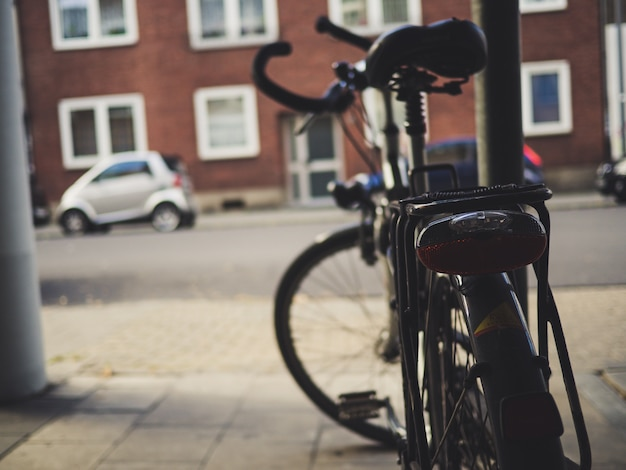 Fahrrad auf der straße geparkt