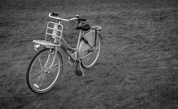 Fahrrad auf einem feld