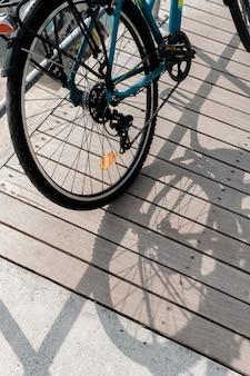 Fahrrad auf holz und seinen schatten