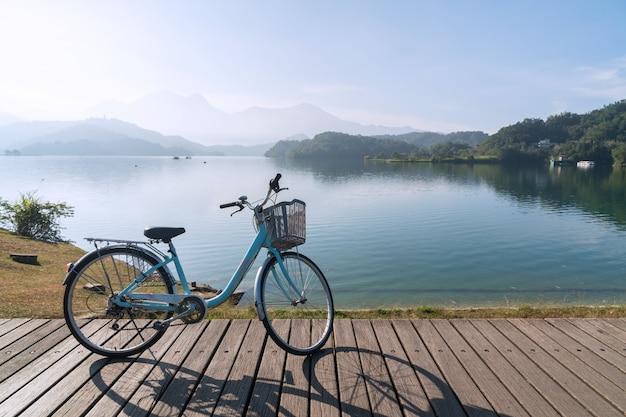 Fahrrad auf holzbrücke mit der schönen aussicht am morgen