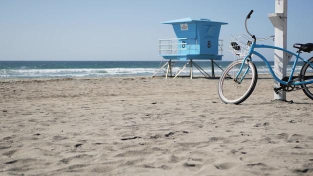 Fahrrad cruiser fahrrad von ocean beach kalifornien küste usa. sommer seeufer. radeln sie am rettungsschwimmerturm